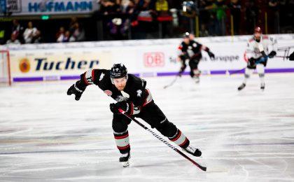 Hockey player demonstrating a good skating stride